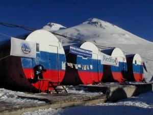 """""""Гара-Баши"""". Адрес: Кабардино-Балкарская, Приэльбрусье,  п. Эльбрус, расположена на горе Эльбрус, на высоте 3800 метров."""