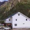 Отель «Шамик». Адрес: Кабардино-Балкарская, Приэльбрусье,  Терскол, в 500 метрах от трасс Чегета и в 1 км. от поляны Азау.