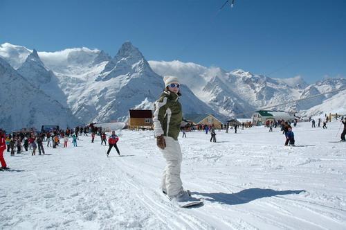Отдыхающие на горнолыжном курорте Домбай